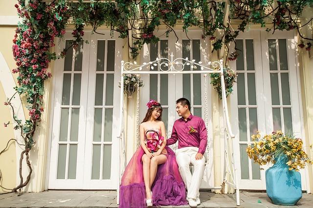 nevěsta a ženich v růžovém