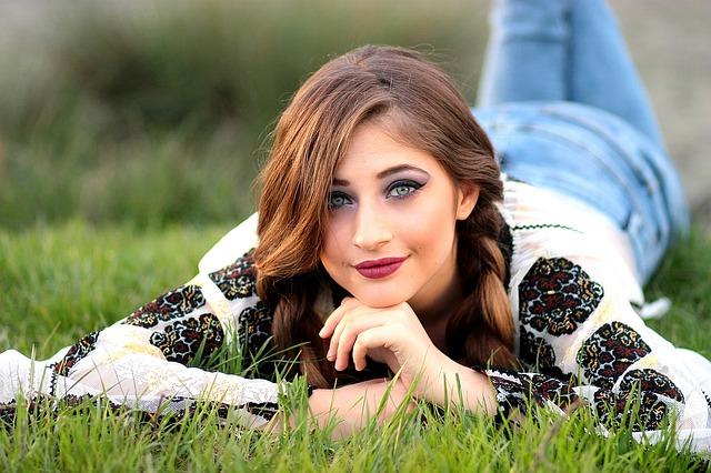 dívka pózující v trávě