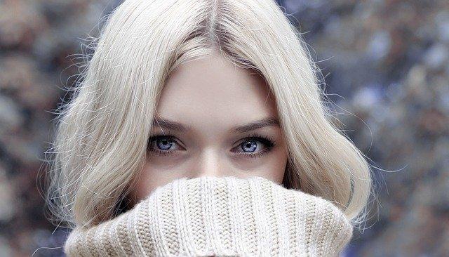 modrooká blondýna