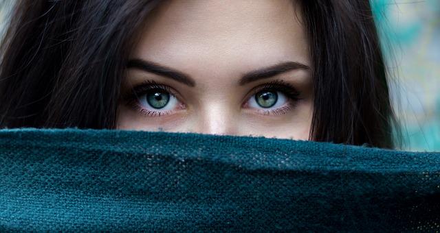 tmavě zelené oči