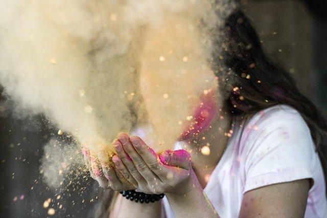 Žena s kúdolom prachu pred tvárou.jpg