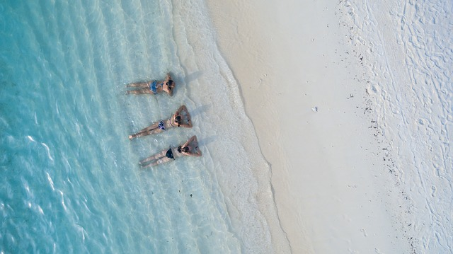 Traja ľudia ležiaci v mori.jpg