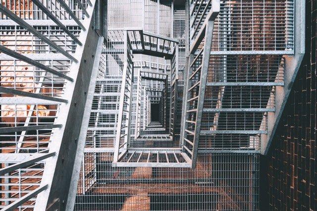 Točité schodisko s nerezovým zábradlím.jpg