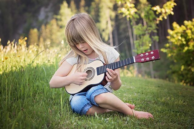 holčička hraje na kytaru.jpg