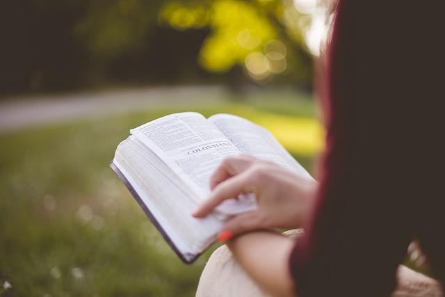 žena s knihou.jpg