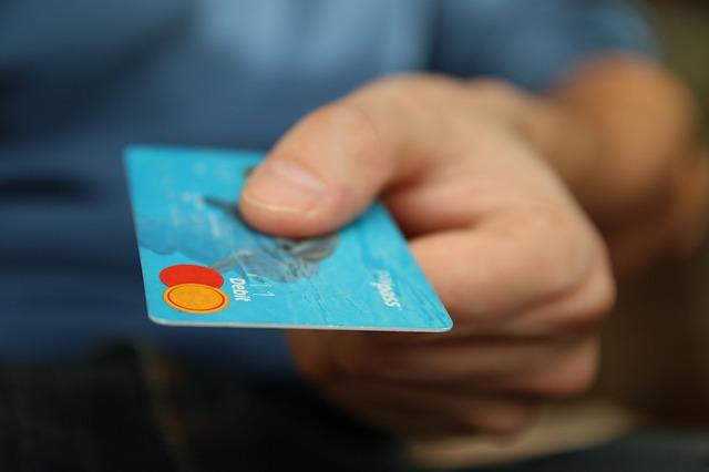 muž platí kartou.jpg