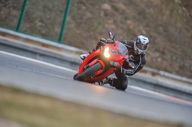 Jazdec na motorke, červené Ducati.jpg