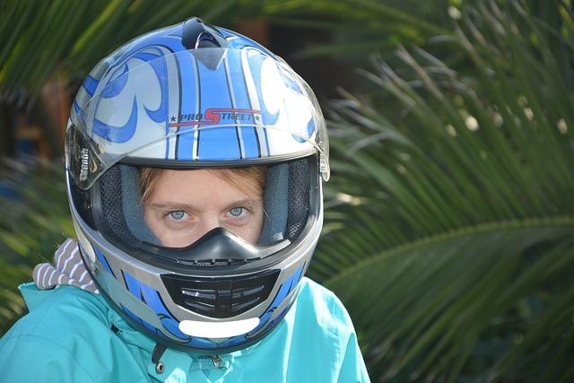 Žena s modrou moto-prilbou na hlave.jpg