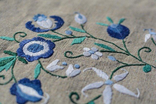 Látka s vyšívanými modrými kvetovými vzormi