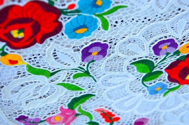 Čipkovaný obrus s kvetinovými farebnými výšivkami
