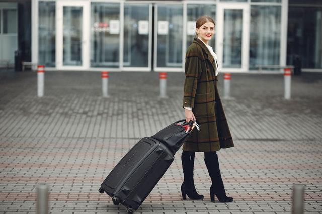 Žena s cestovným kufrom